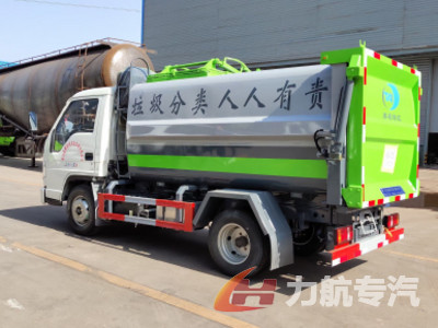 国六小多利卡侧装压缩垃圾车,可以装4.5吨以上生活垃圾